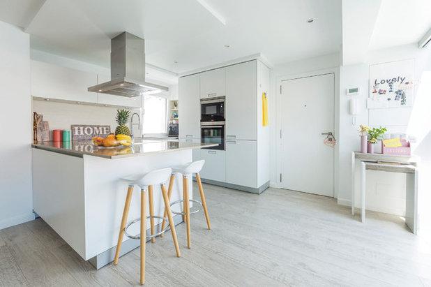 Una Cocina Blanca Y Con Terraza Cubierta