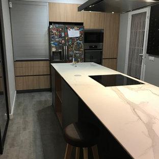 マドリードの広いモダンスタイルのおしゃれなキッチン (オープンシェルフ、グレーのキャビネット、クオーツストーンカウンター、茶色いキッチンパネル、セラミックタイルのキッチンパネル、シルバーの調理設備、セラミックタイルの床、茶色い床) の写真