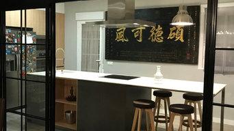Una cocina con isla y puertas correderas de cristal con acento oriental