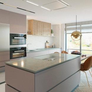 Modern inredning av ett avskilt grå linjärt grått kök, med en enkel diskho, släta luckor, bänkskiva i kvarts, vitt stänkskydd, stänkskydd i marmor, rostfria vitvaror, mellanmörkt trägolv, en köksö och vitt golv