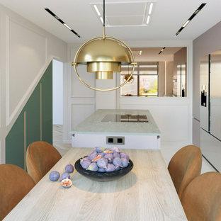 Idéer för avskilda funkis linjära grått kök, med en enkel diskho, släta luckor, bänkskiva i kvarts, vitt stänkskydd, stänkskydd i marmor, rostfria vitvaror, mellanmörkt trägolv, en köksö och vitt golv