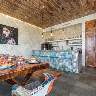 Mediterrane Wohnküche mit offenen Schränken, beigen Schränken, Küchenrückwand in Beige, Küchengeräten aus Edelstahl, Halbinsel, grauem Boden und grauer Arbeitsplatte in Mexiko Stadt