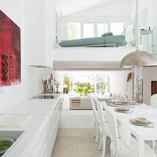 Idéer för ett stort modernt vit linjärt kök och matrum, med en nedsänkt diskho, släta luckor, vita skåp, bänkskiva i koppar, vitt stänkskydd, vita vitvaror och travertin golv