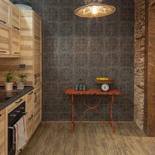 Modelo de cocina tropical, sin isla, con armarios estilo shaker, puertas de armario de madera clara, encimeras grises y suelo beige