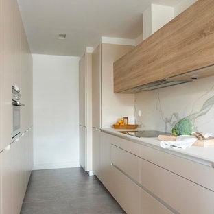 ビルバオの中サイズのシャビーシック調のおしゃれなII型キッチン (フラットパネル扉のキャビネット、ベージュのキャビネット、白いキッチンパネル、大理石の床、グレーの床) の写真