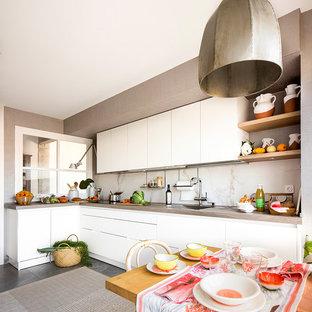 ビルバオの中サイズのシャビーシック調のおしゃれなキッチン (アンダーカウンターシンク、フラットパネル扉のキャビネット、白いキャビネット、アイランドなし) の写真