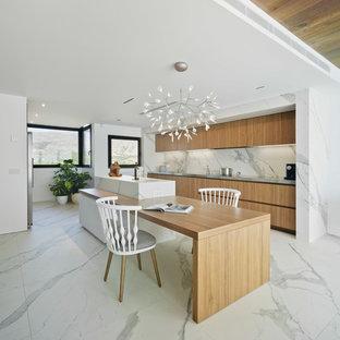 Réalisation d'une grande cuisine ouverte design avec un placard à porte plane, des portes de placard en bois brun, un plan de travail en marbre, une crédence blanche, une crédence en marbre, un sol en marbre, un îlot central et un sol blanc.