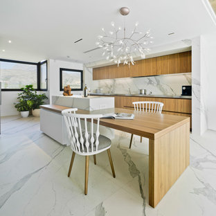 Foto på ett stort funkis kök, med släta luckor, skåp i mellenmörkt trä, marmorbänkskiva, vitt stänkskydd, stänkskydd i marmor, marmorgolv, en köksö och vitt golv