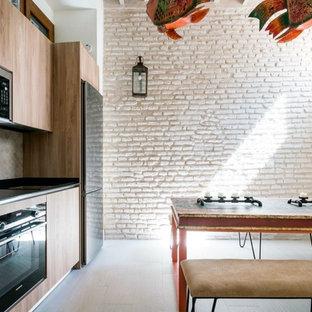 セビリアの中くらいのエクレクティックスタイルのおしゃれなキッチン (シングルシンク、オープンシェルフ、中間色木目調キャビネット、ラミネートカウンター、ベージュキッチンパネル、セメントタイルのキッチンパネル、シルバーの調理設備、セラミックタイルの床、アイランドなし、ベージュの床、グレーのキッチンカウンター) の写真