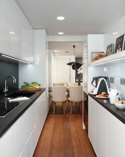 Tu cocina es larga y estrecha 10 trucos para una buena for Amueblar cocina alargada