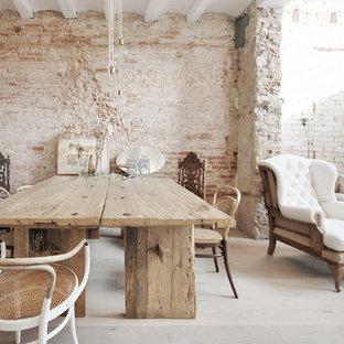 Modelo de comedor mediterráneo con paredes blancas y suelo de madera clara