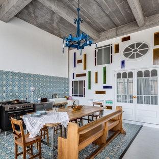 Diseño de comedor de cocina ecléctico, de tamaño medio, sin chimenea, con paredes multicolor y suelo de baldosas de cerámica