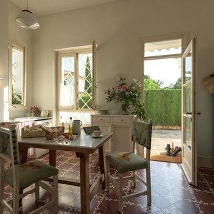 Modelo de comedor de cocina romántico, de tamaño medio, con suelo de baldosas de cerámica y paredes blancas