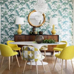 Immagine di una sala da pranzo tropicale con pareti multicolore, parquet chiaro, nessun camino e pavimento beige