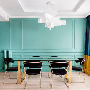 Diseño de comedor contemporáneo con paredes azules, suelo de madera clara y suelo beige