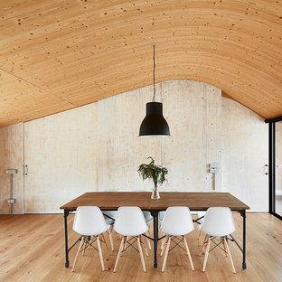 Ejemplo de comedor campestre, sin chimenea, con paredes beige y suelo de madera clara