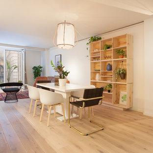 Ejemplo de comedor actual con paredes beige, suelo de madera clara y suelo beige