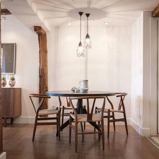 Diseño de comedor mediterráneo, de tamaño medio, abierto, con paredes blancas, suelo de madera en tonos medios y suelo marrón