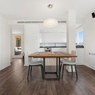 Diseño de comedor mediterráneo, de tamaño medio, abierto, sin chimenea, con paredes blancas y suelo de madera oscura