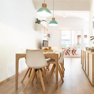 Foto de comedor nórdico con paredes blancas, suelo de madera clara y suelo beige