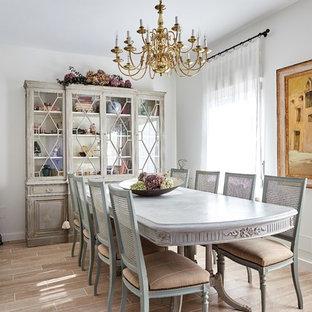 Ejemplo de comedor mediterráneo, de tamaño medio, sin chimenea, con paredes blancas y suelo beige