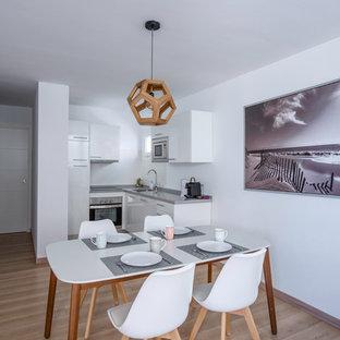Diseño de comedor contemporáneo, abierto, con paredes blancas, suelo de madera en tonos medios y suelo beige