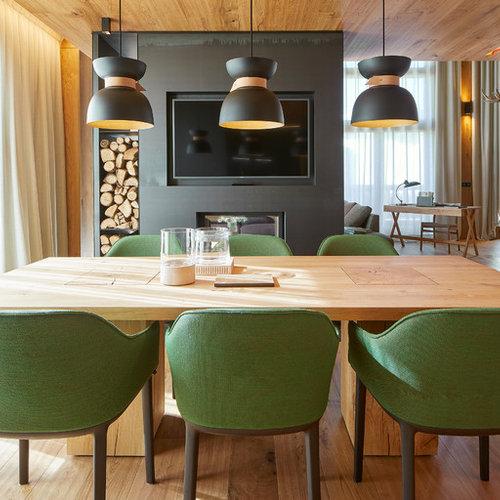 Sala da pranzo aperta verso la cucina moderna con camino bifacciale ...