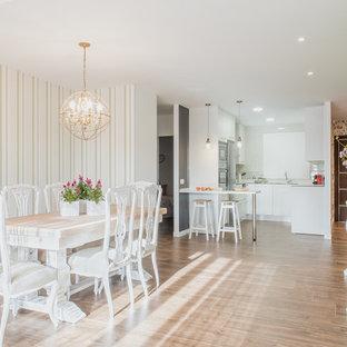 Ejemplo de comedor de cocina romántico con paredes verdes, suelo de madera en tonos medios y suelo marrón