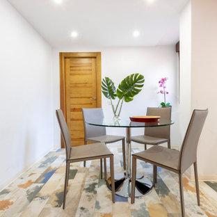 Modelo de comedor contemporáneo, de tamaño medio, abierto, con paredes blancas, suelo de madera pintada y suelo multicolor