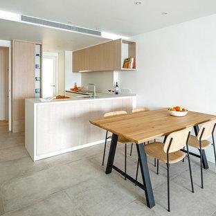 Foto de comedor de cocina escandinavo con paredes blancas, suelo de cemento y suelo gris