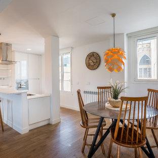 Foto de comedor de cocina contemporáneo, de tamaño medio, sin chimenea, con paredes blancas, suelo de madera en tonos medios y suelo marrón
