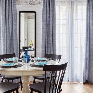 Imagen de comedor clásico renovado, sin chimenea, con paredes multicolor, suelo de madera en tonos medios y suelo marrón