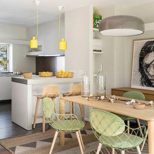 Modelo de comedor de cocina contemporáneo, grande, sin chimenea, con paredes beige, suelo de madera en tonos medios y suelo marrón