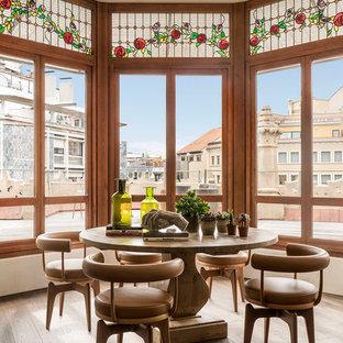 Diseño de comedor mediterráneo, de tamaño medio, abierto, con paredes beige, suelo de madera oscura y suelo marrón