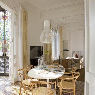 Modelo de comedor tradicional renovado, abierto, con paredes blancas, suelo de baldosas de cerámica y suelo multicolor