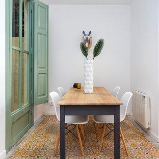 Foto di una piccola sala da pranzo bohémian con pareti bianche e pavimento multicolore