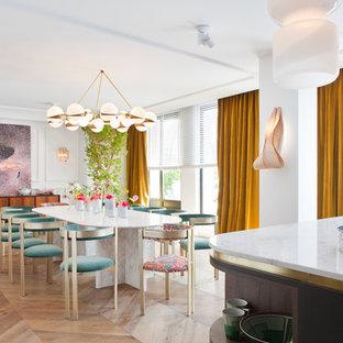 Imagen de comedor de cocina contemporáneo con paredes blancas, suelo de madera en tonos medios y suelo marrón