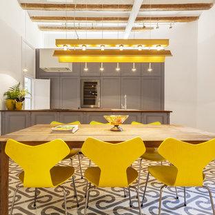 Diseño de comedor de cocina nórdico, de tamaño medio, sin chimenea, con paredes blancas y suelo de baldosas de cerámica