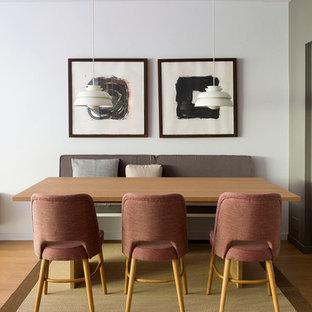Modelo de comedor nórdico con paredes blancas y suelo marrón