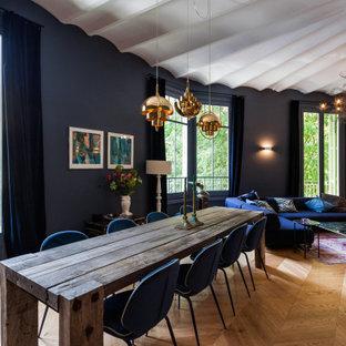 Foto de comedor mediterráneo, de tamaño medio, sin chimenea, con suelo marrón, paredes azules y suelo de madera en tonos medios