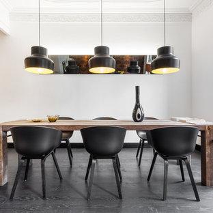 Ejemplo de comedor de cocina nórdico, de tamaño medio, sin chimenea, con paredes blancas y suelo de madera oscura