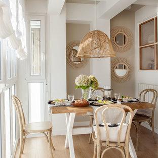 Foto de comedor escandinavo con paredes beige, suelo de madera clara y suelo beige