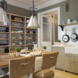 Modelo de comedor de cocina de estilo de casa de campo, de tamaño medio, sin chimenea, con paredes grises