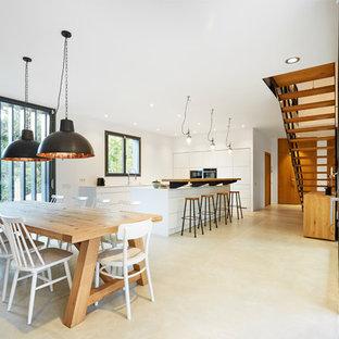Diseño de comedor escandinavo, extra grande, abierto, con suelo beige, paredes blancas y suelo de cemento