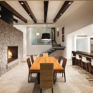 Imagen de comedor actual, de tamaño medio, abierto, con paredes blancas, suelo de mármol, chimenea de doble cara, marco de chimenea de metal y suelo beige