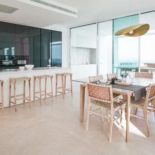 Diseño de comedor de cocina minimalista, grande, con suelo beige y paredes blancas