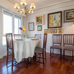 Ejemplo de comedor de estilo de casa de campo, cerrado, con paredes blancas, suelo de madera oscura y suelo marrón