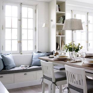 Imagen de comedor de estilo de casa de campo, extra grande, abierto, con suelo de madera clara y paredes blancas