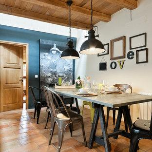 Idee per una sala da pranzo aperta verso il soggiorno country di medie dimensioni con pareti bianche, pavimento in terracotta e nessun camino