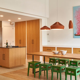 Diseño de comedor de cocina actual con paredes blancas y suelo beige